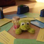 Foto: Mitte des Einfühlsamen Zuhörkreises mit Rede-Frosch, Sanduhr, Empfehlungs-Karten und Befindlichkeits-Ampeln