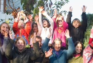 Foto: lachende Kinder und Eltern aus der Lebensgemeinschaft 'Ein neues Wir'