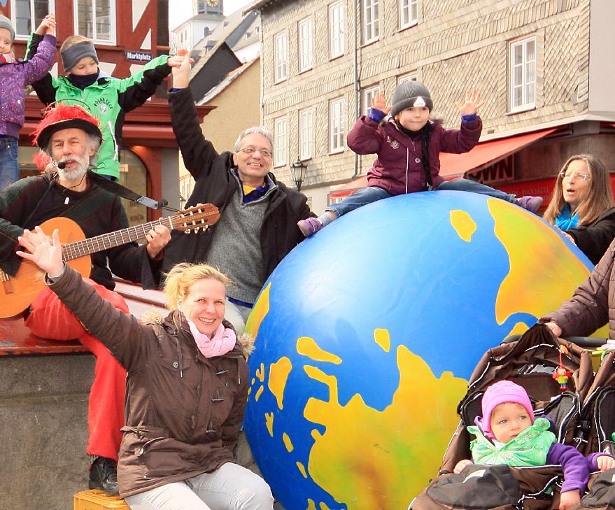 Bild von Micha, Lothar, einigen Passanten und dem Erdball bei einer öffentlichen Gesangsdarbietung