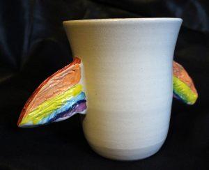 Foto: Friedensvogeltasse 'Wings', mit zwei Regenbogenflügeln