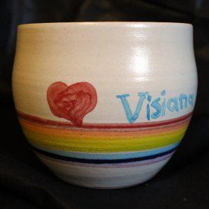 Foto: Friedensvogeltasse 'Visiana', mit Herz und Regenbogenfarben
