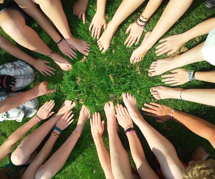 Foto: VIele Hände und Füße im Kreis