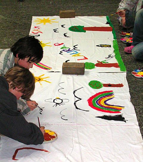 Foto: Kindern malen ein Banner
