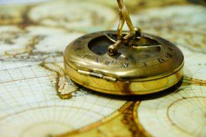 Foto: Kompass auf historischer Karte