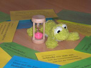 Foto: Strukturelemente des Zuhörkreises: Frosch, Sanduhr und Empfehlungen
