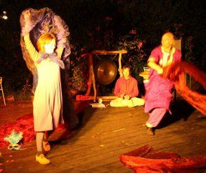 Luna und Micha beim Tanz mit Tücher in Elsas Cafe