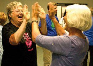 Foto: zwei ältere Damen lachen beim Klatsch-Spiel