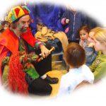 Foto: Micha mit seiner Handpuppe 'Drachin' und Kindern