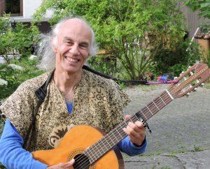 Foto: Porträt von Micha mit seiner Gitarre